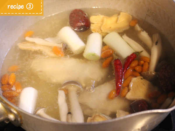 レシピ(3)鍋に材料とお酒水を入れ1時間煮込む